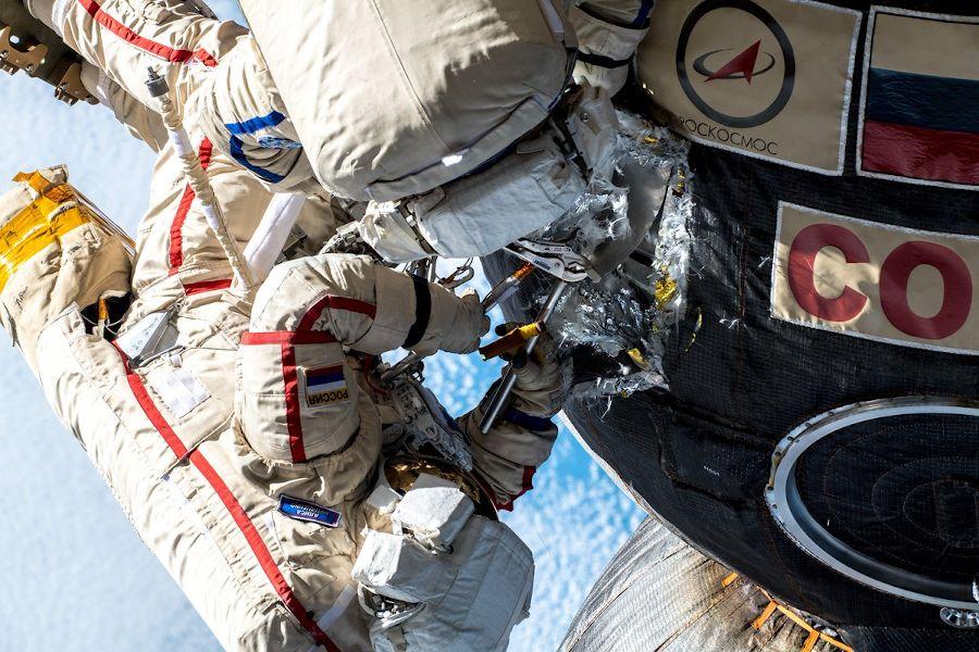 image from Cosmonautas inspeccionaron agujero en la Soyuz